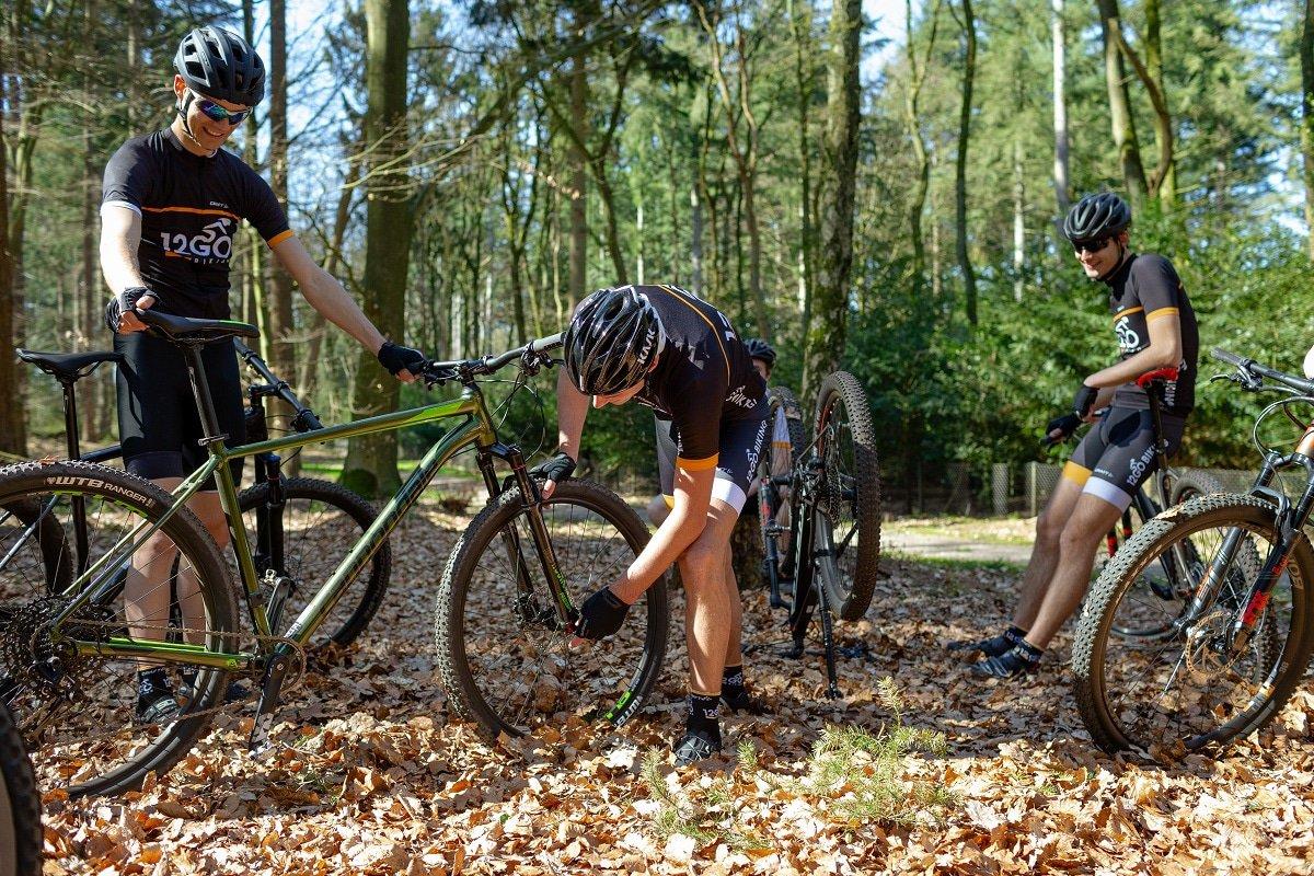 12GO-ers lopen hun fietsen na