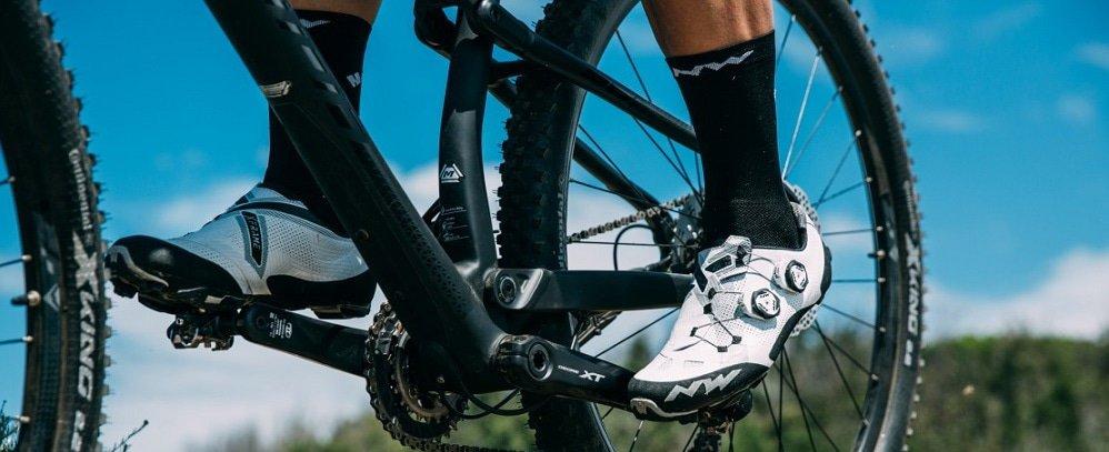 Klikschoenen mountainbike op een mountainbike