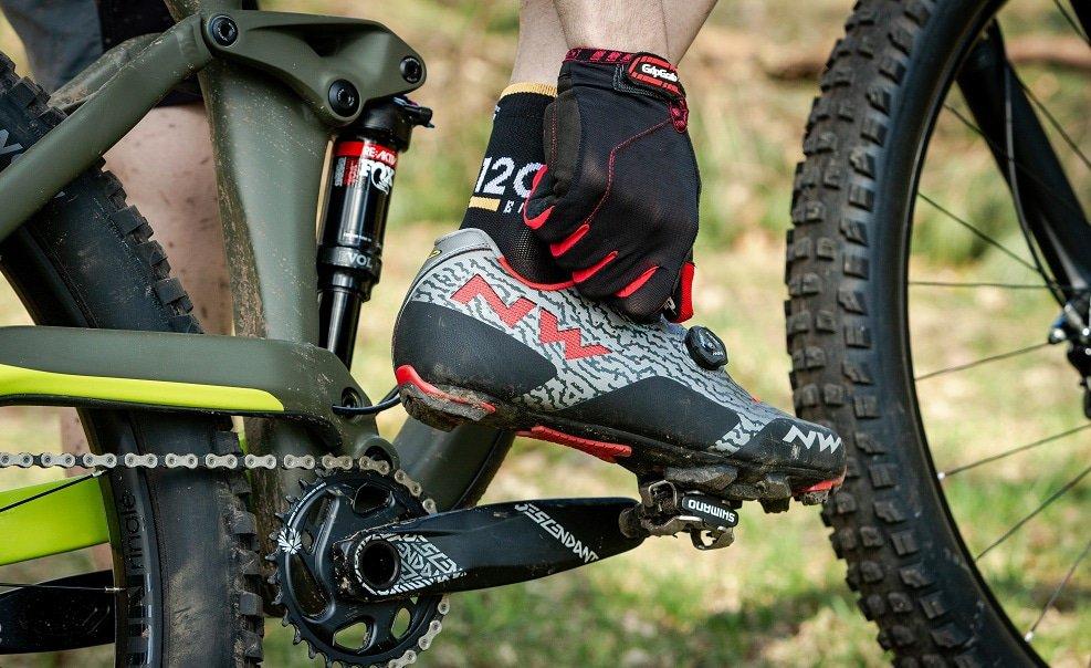 Draaisluiting wordt aangedraaid bij een mountainbikeschoen
