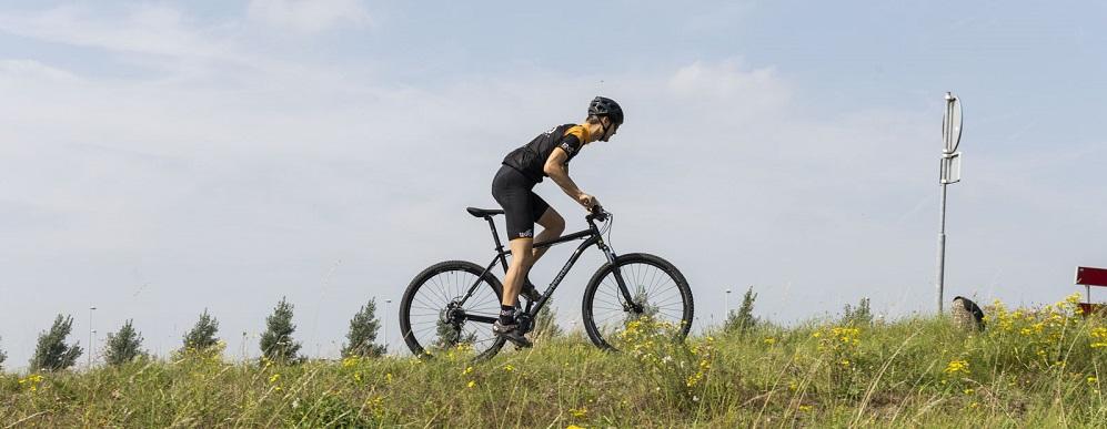 mountainbike wheelie maken